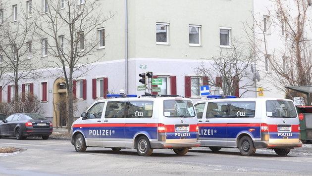 ABD0023_20170126 - GRAZ - …STERREICH: ZU APA0061 VOM 26.1.2017 - Die Polizei hat Donnerstag frŸh, 26. JŠnner 2017  in mehreren BundeslŠndern Anti-TerroreinsŠtze durchgefŸhrt.  Im Bild: Polizeiautos im Bereich KlavariengŸrtel im Bezirk Lend in Graz. - FOTO: APA/ERWIN SCHERIAU
