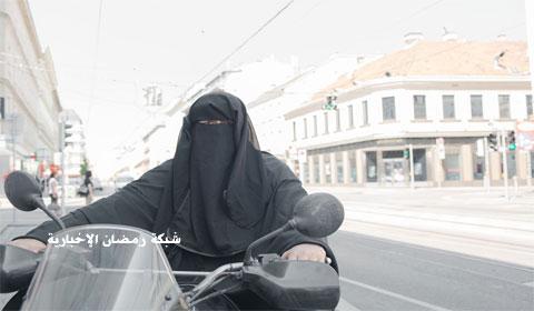 """فيديو – أمرأة منقبه تقود دراجة نارية """"Moped"""" فى شوارع فيينا"""