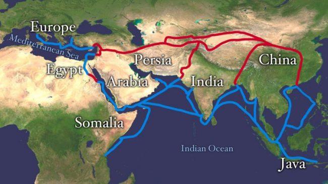 طريق الحرير، المهم اقتصاديًا للهند (باللون الأحمر)، وطرق تجارة التوابل قديمًا (باللون الأزرق) ( مصدر الصورة : Wikimedia / C.C By A-Sh 3.0 )
