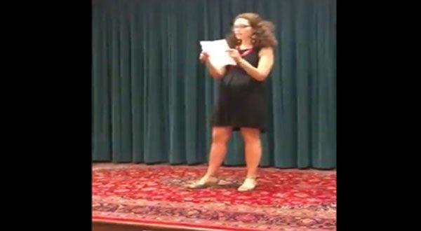 شاهد بالفيديو – لحظة اقتحام ناشطة أمريكية فعالية للسفارة السعودية فى واشنطن وصعودها المنصة لتوجيه انتقادات للرياض