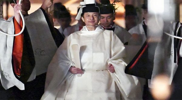 عشاء باذخ لإمبراطور اليابان مع «إلهة الشمس» كلفتُه 25 مليون دولار