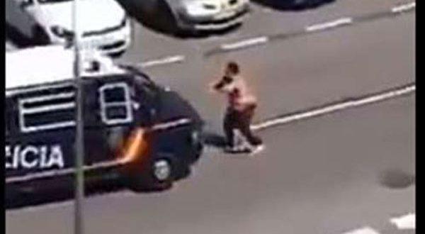 """بالفيديو – رجل أسبانى مصاب بـ""""كورونا"""" يهاجم الشرطة عاريًا بالسيوف فى الشارع"""