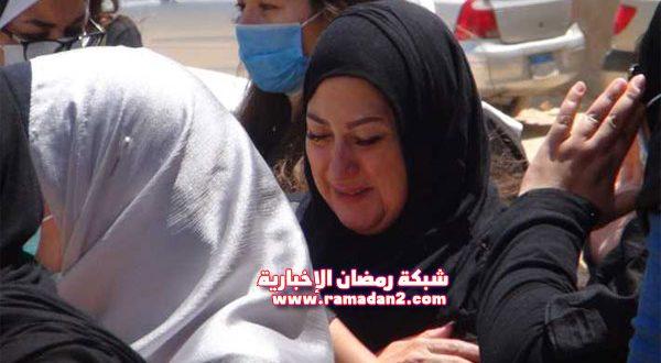 بالصور والفيديو – انهيار أبناء وأحفاد الفنان حسن حسني أمام قبره أثناء الدفن