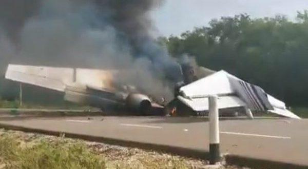 فيديو مؤلم طائرة مدنية تحترق أثناء هبوطها في طريق للسيارات والشرطة تتحدث عن نقلها مخدرات