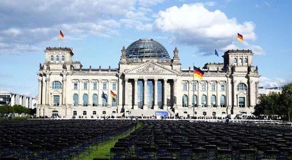 13 ألف كرسي أمام البرلمان فى برلين.. تضامنا مع اللاجئين باليونان