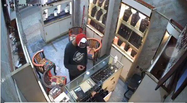 بالفيديو : شاب يسرق محل ذهب بالكويت فى عز النهار