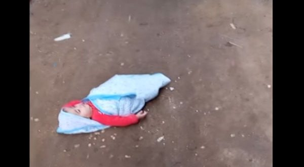 بالفيديو – أم ترمي طفلتها الرضيعة في الشارع وترحل .. والأب: مش أول مرة تعملها